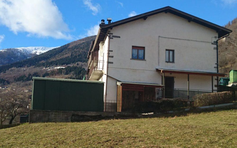 Ampio appartamento da ristrutturare con box, giardino e taverna